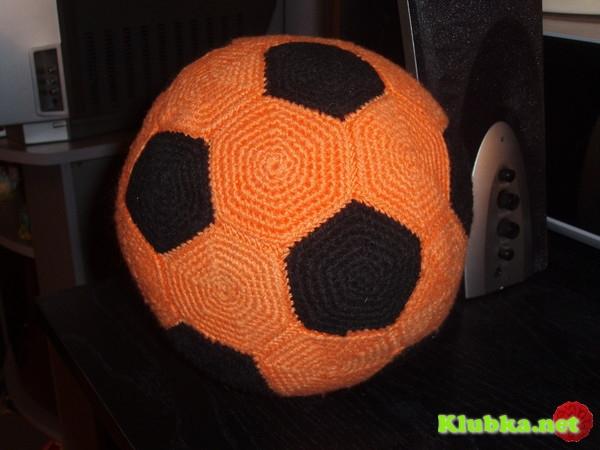 Для футбольного мяча требуется связать 32 элемента: 12 правильных пятиугольников и 20 правильных шестиугольников.